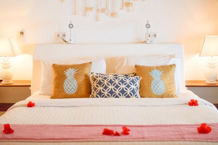 säng i bungalow på sunrise resort.