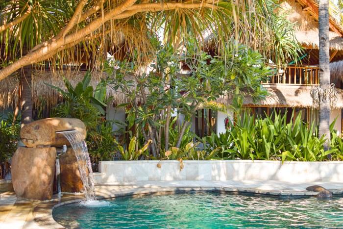 poolen och litet vattenfall på sunrise resort gili air.