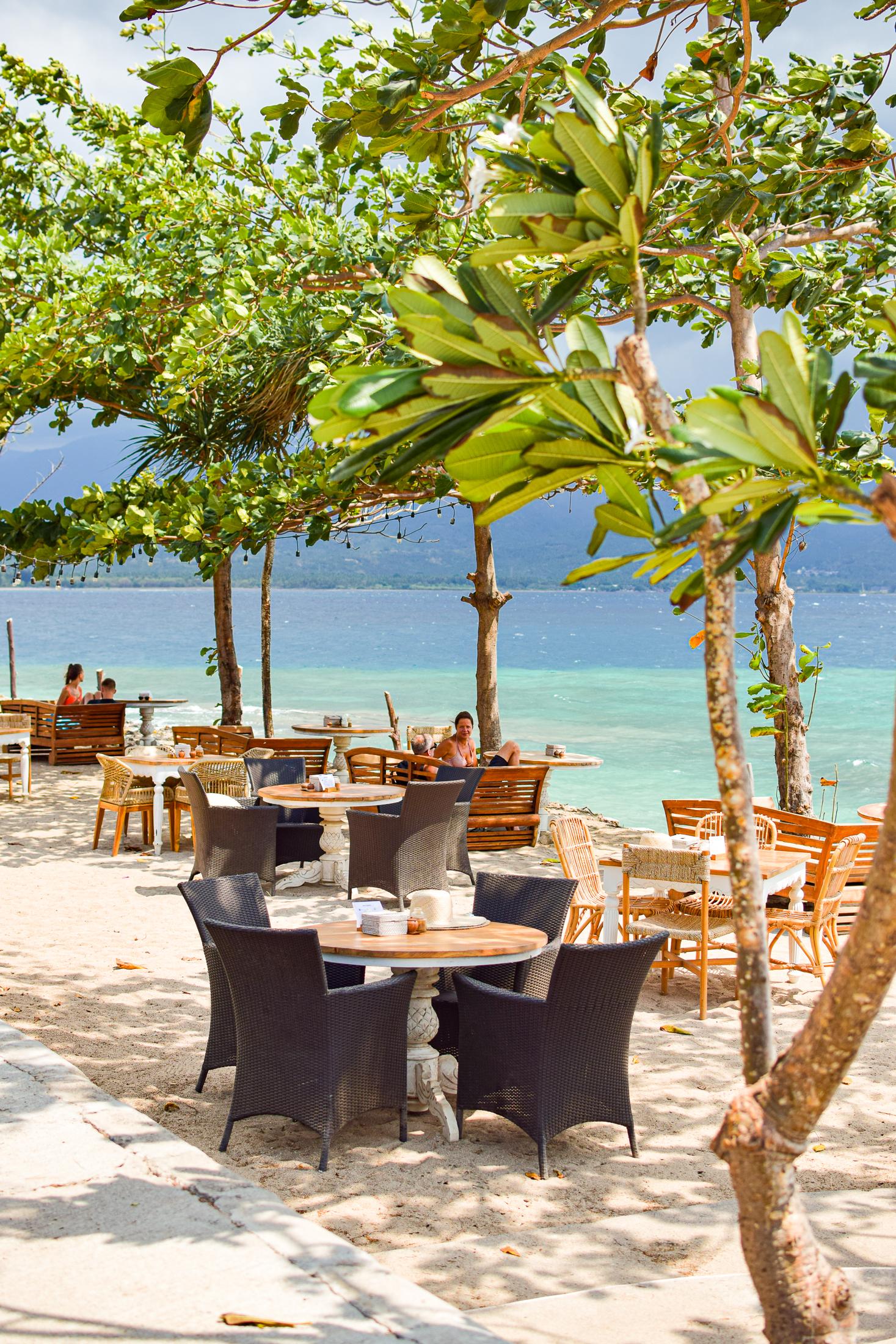 stolar vid havet på restaurang kenza på gili air.