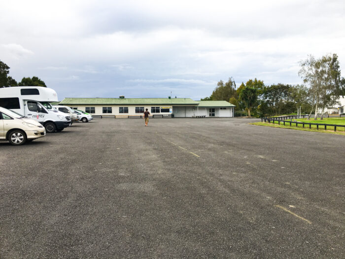 Te kauwhata camping på en parkeringsplats.