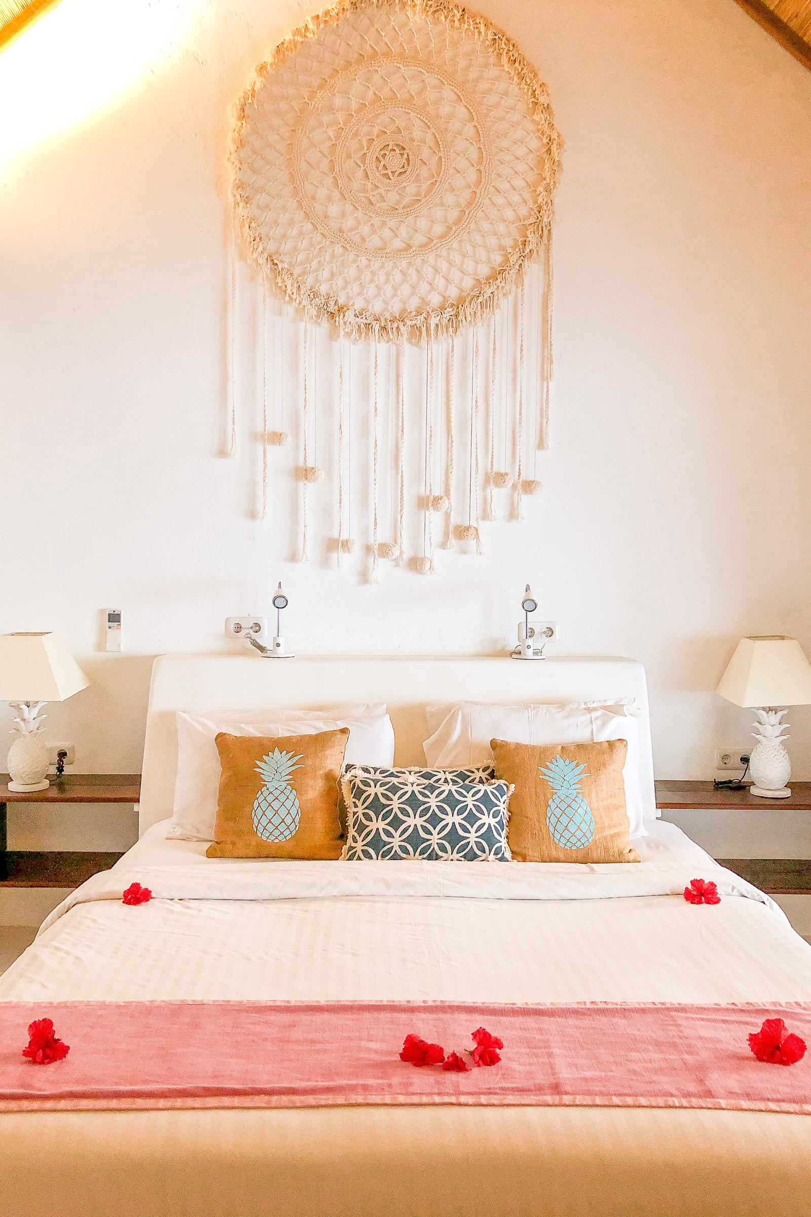 säng med stor drömgångare ovanför, på sunrise resort.