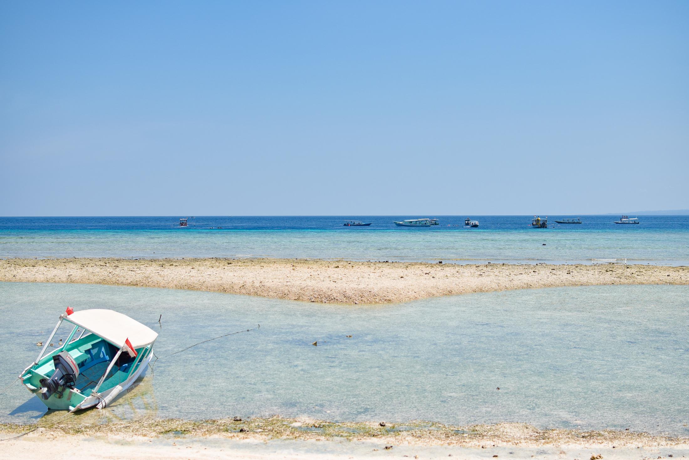 båt vid strandkanten.