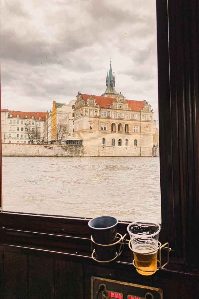utsikt från en båt på floden.