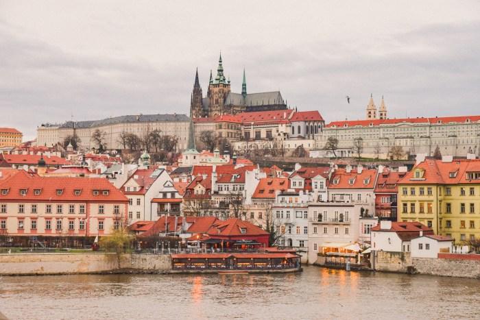 utsikt över prags slott, floden vltava och hus.