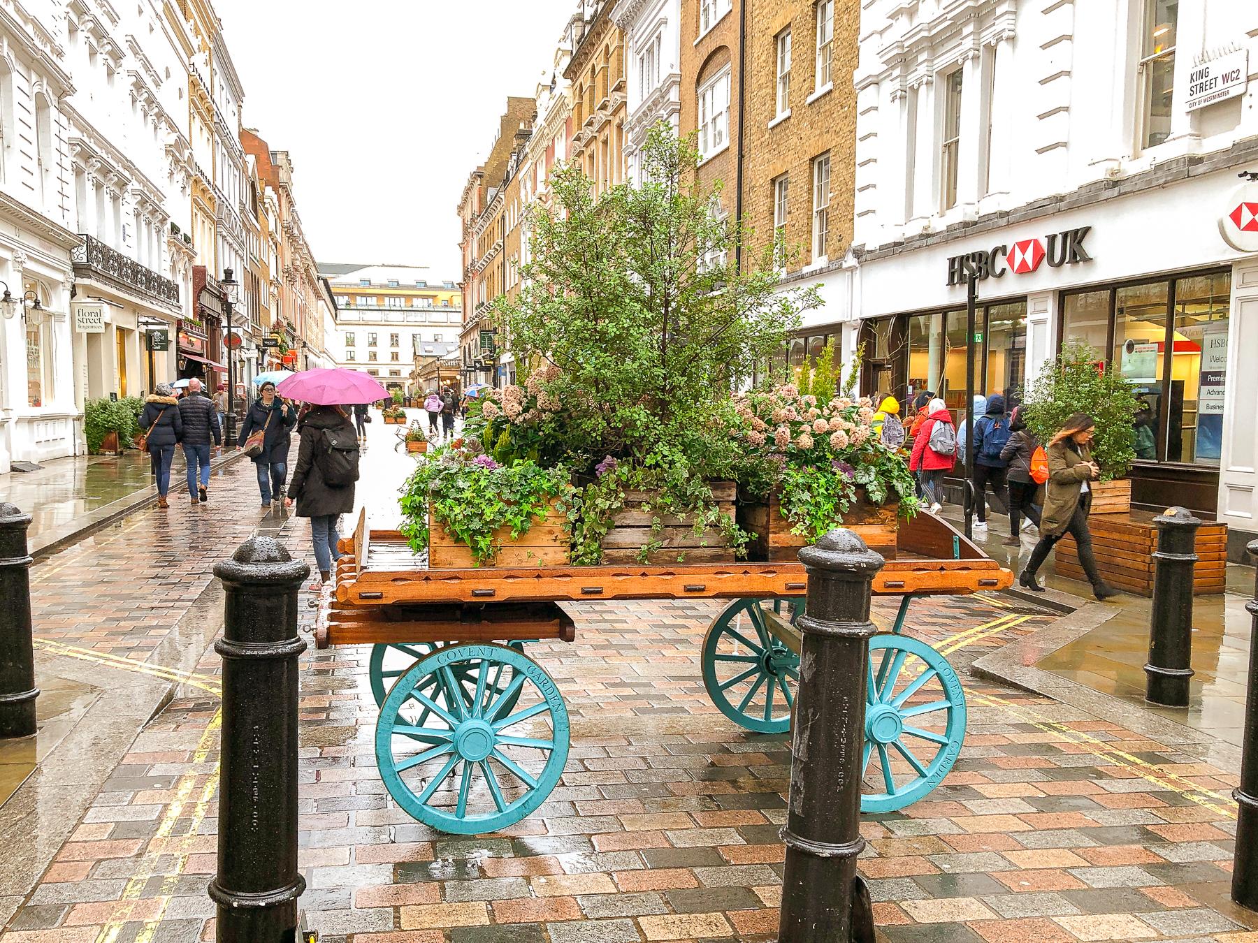 trävagn med blommor i Covent Garden.