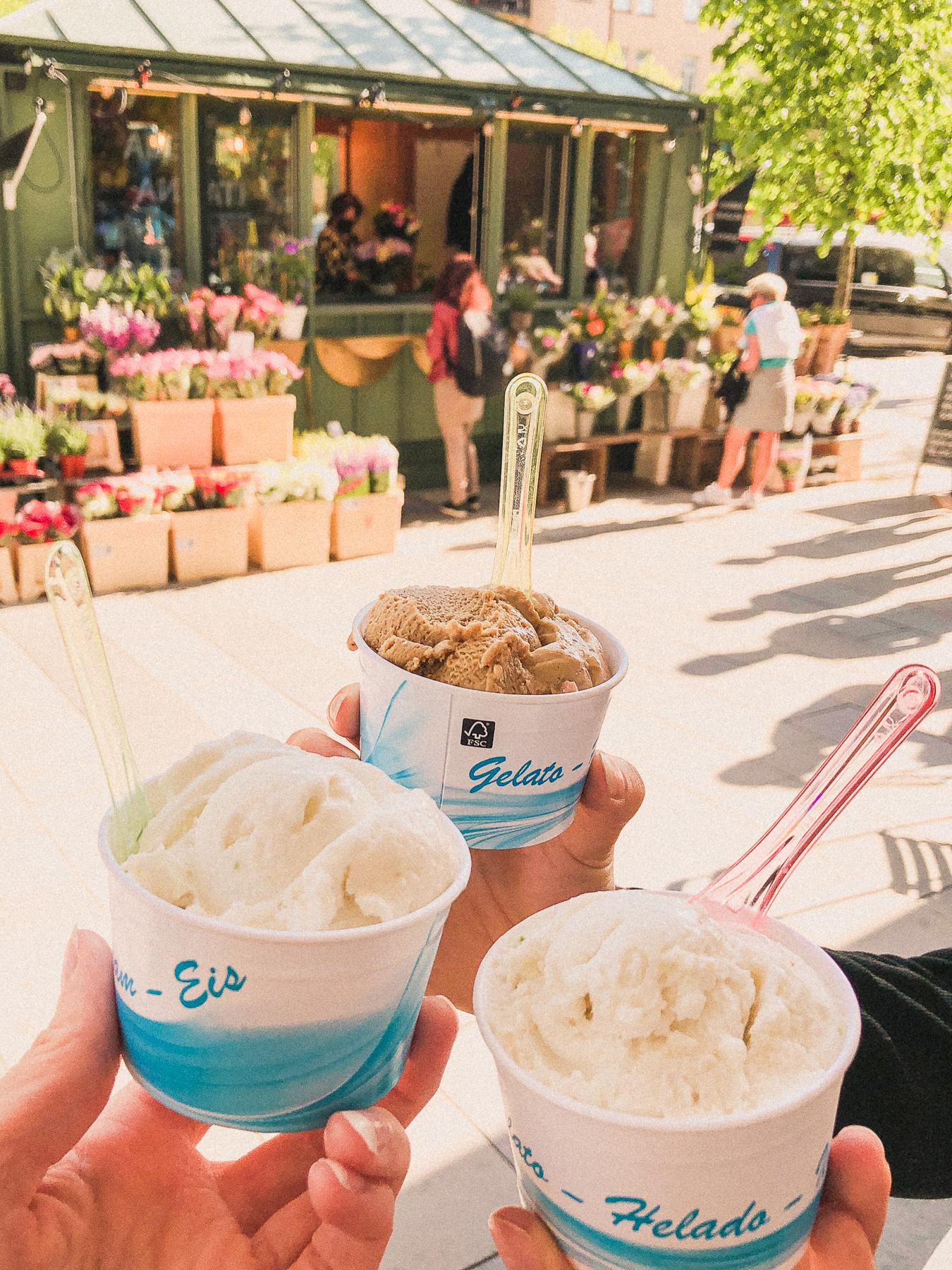tre bägare med gelato.