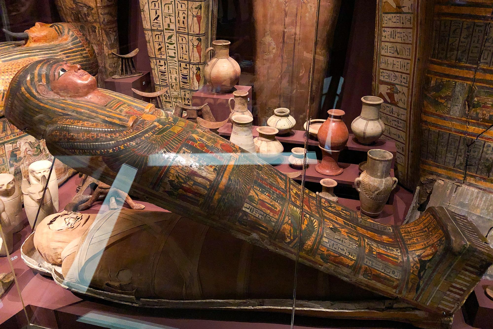 mumie i sarkofag på Medelhavsmuseet i Stockholm.