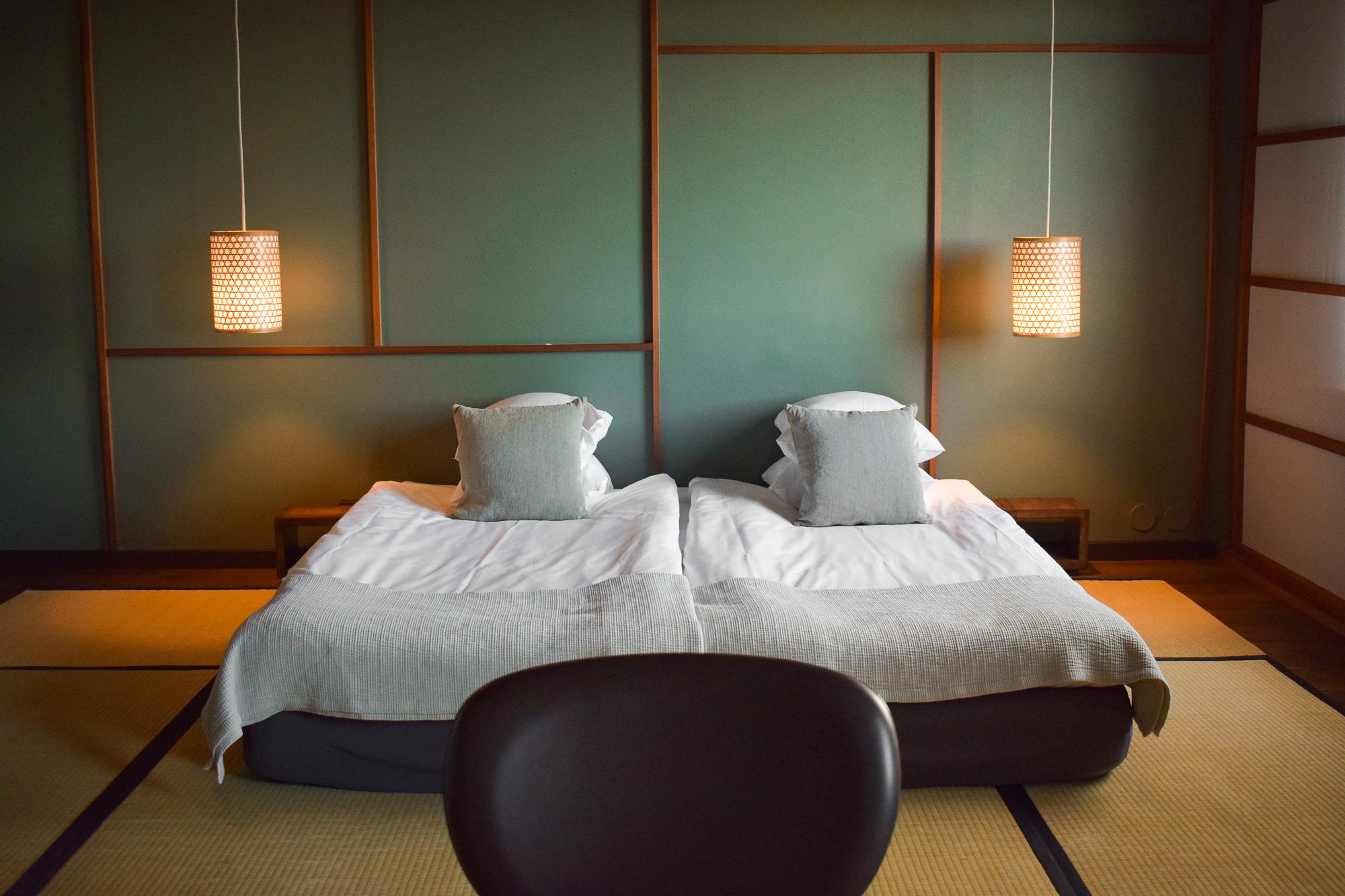 dubbelsäng i hotellrum på Yasuragi.