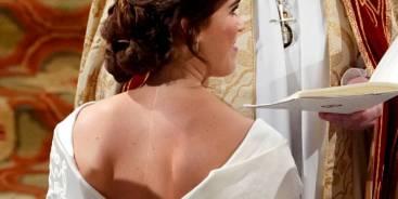 Casamento Real: Princesa Eugenie se casa com vestido que deixa longa cicatriz à mostra