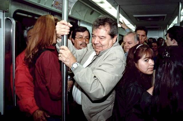 El candidato del PARM a la Presidencia de la República, Porfirio Muñoz Ledo, recorrió cinco estaciones de la línea 1 del Metro. (Febrero del año 2000)