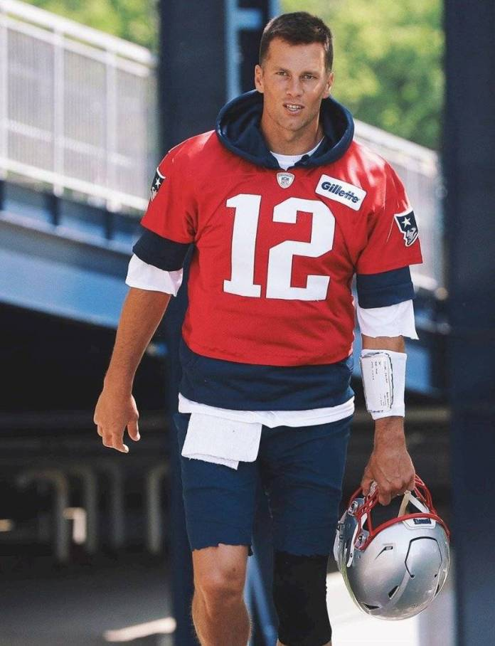 Your new 'roomie'! Tom Brady offers his house to host