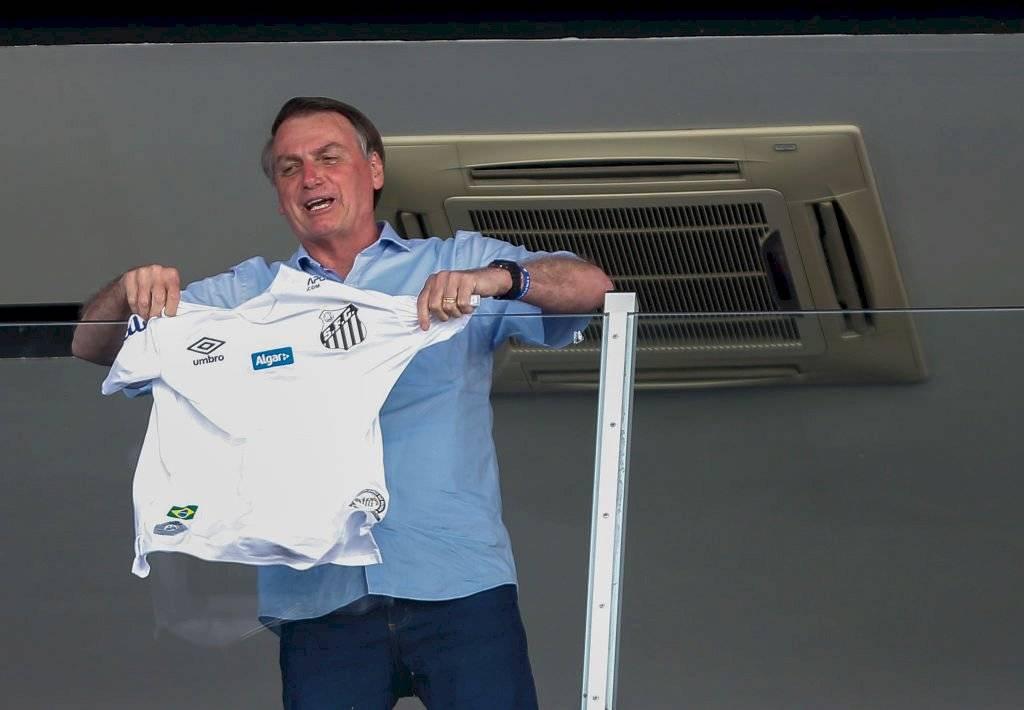 Jair Bolsonaro con la camiseta del Santos / Foto: Getty Images