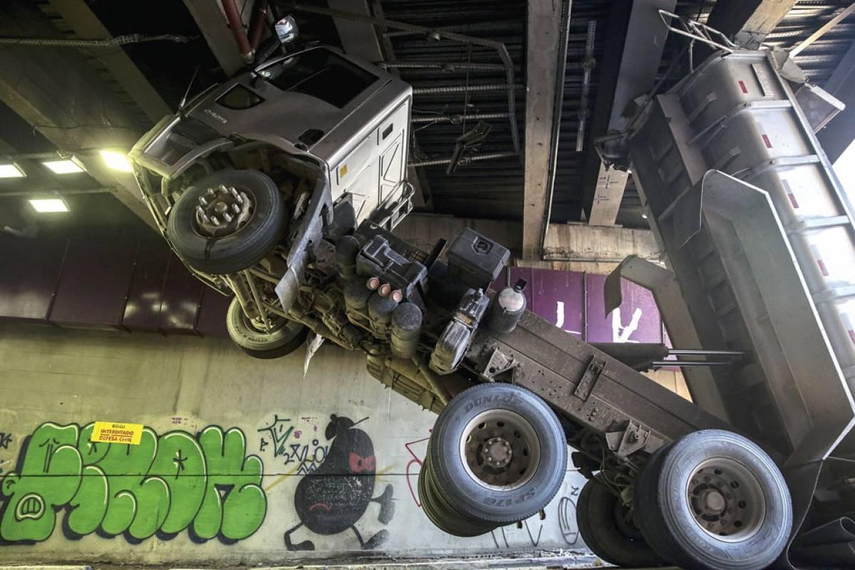 Caminhão entala em túnel em São Paulo e danifica viga