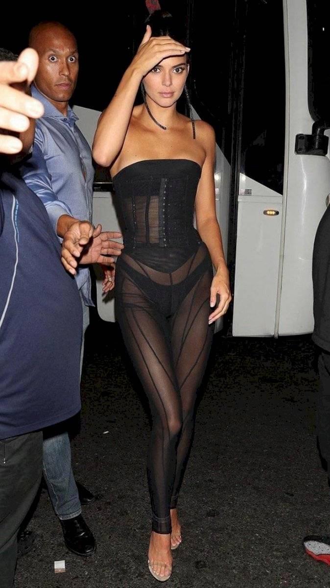 Kendall Jenner luce irresistible en un jumpsuit y corsé en transparencia perfecta para una cita nocturna