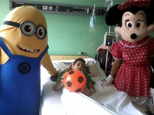 Fernando Almeida en su habitación vistado por un minion y Minnie<br>