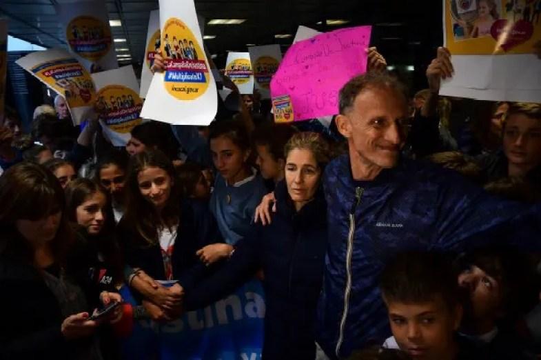Paola y Ezequiel, los padres de Justina en el abrazo en la Favaloro<br>