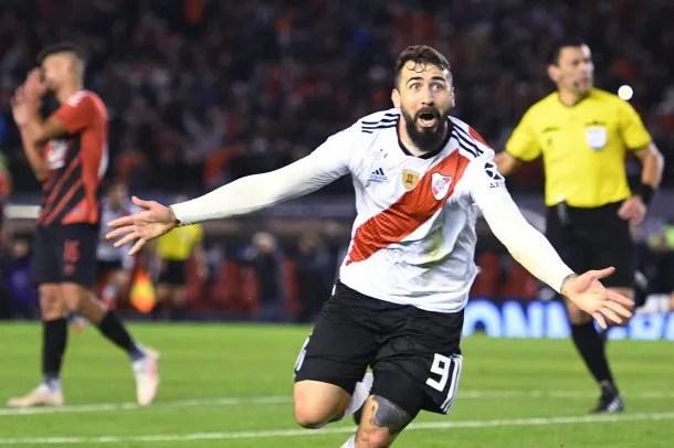 Lucas Pratto celebra su gol