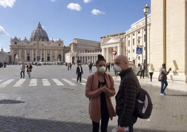 Turistas pasean por Italia con máscaras por la epidemia de coronavirus