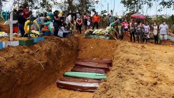 Fosas comunes en Manaos, Brasil, para sepultar a víctimas de coronavirus Covid-19
