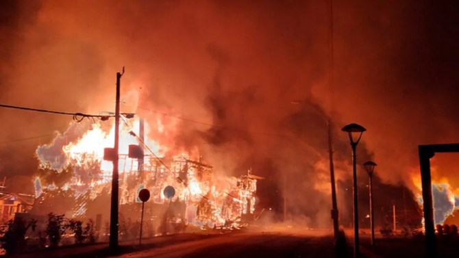 Resultado de imagen de incendiaron edificios públicos tras el crimen de un artista callejero a manos de Carabineros