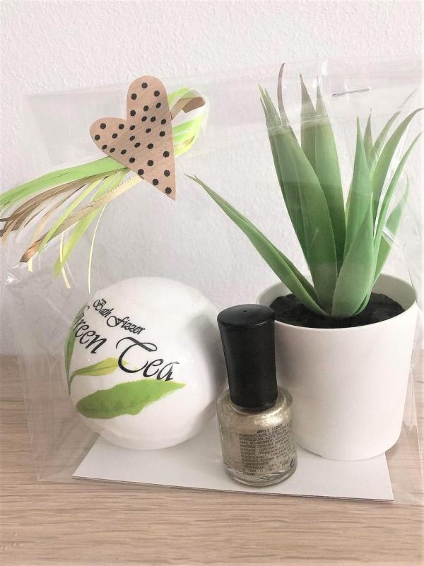 """Presentpåse - Badbomb """"Green tea"""", nagellack, växt"""