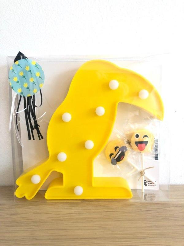 Presentpåse - Gul fågellampa LED och Emoji klubbor