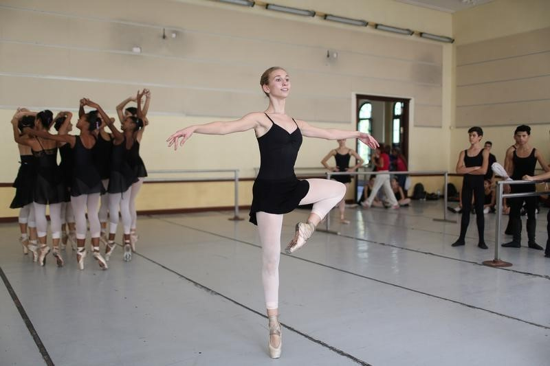 Catherine Conley (C), the first American to study at Cuba's prestigious National Ballet School (ENB) takes part in a practice in Havana, Cuba, October 12, 2016. REUTERS/Alexandre Meneghini