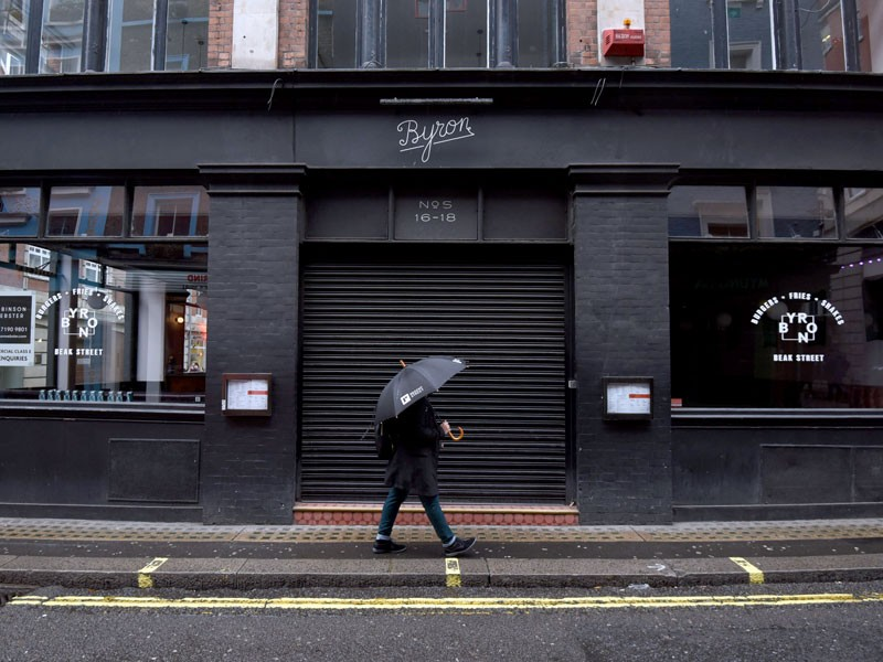 Restaurants and pubs are seen closed as London enters 'Tier 3'.