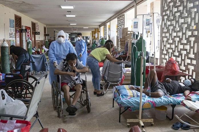 Les médecins en combinaison de biosécurité s'occupent des patients atteints de COVID-19 à l'hôpital régional d'Iquitos, au Pérou
