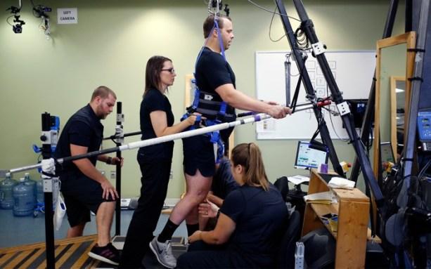 Rob Summers pratica treinamento de locomotiva em esteira no Instituto Frazier Rehab em Louisville, Kentucky