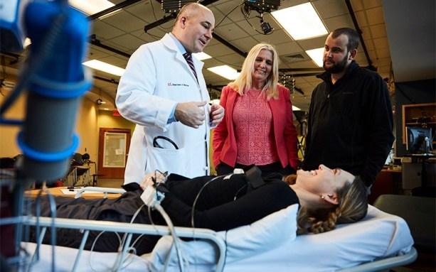 Susan Harkema, Ph.D., e outros membros da equipe do Centro de Pesquisas de Lesão Medular do Kentucky com Stefanie Putnam