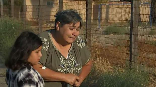 (LA) La madre de una mujer corre delante de la familia haciendo placeres emocionales