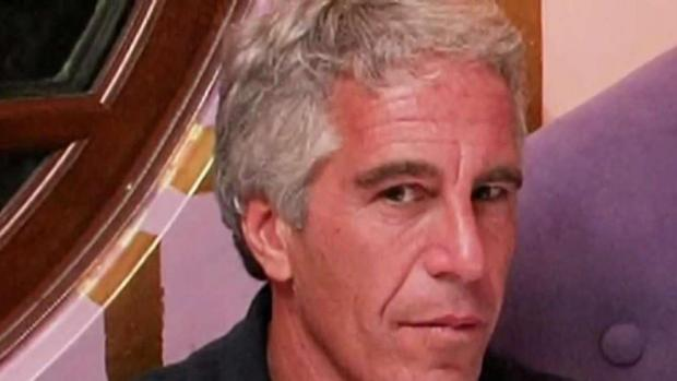 El multimillonario Jeffrey Epstein fue demandado en Nueva York.