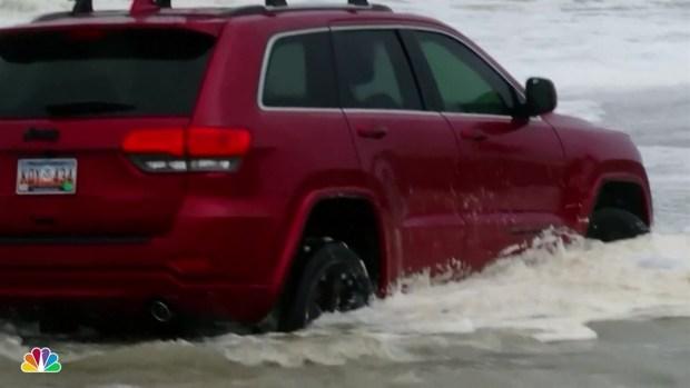 (NATL) SUV atascado en Surf mientras Dorian llega a Carolinas