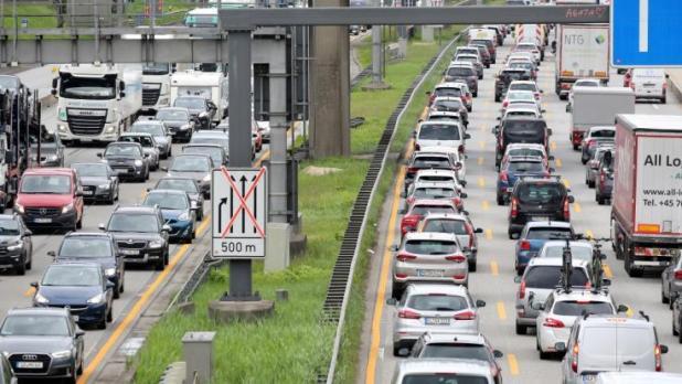 Schneckentempo statt flüssiger Verkehr: Wer Ende Mai 2021 auf Deutschlands Autobahnen unterwegs ist, braucht Nerven wie Stahlseile. Der ADAC prognostiziert Staus und stockenden Verkehr auf mehreren Strecken. (Foto)