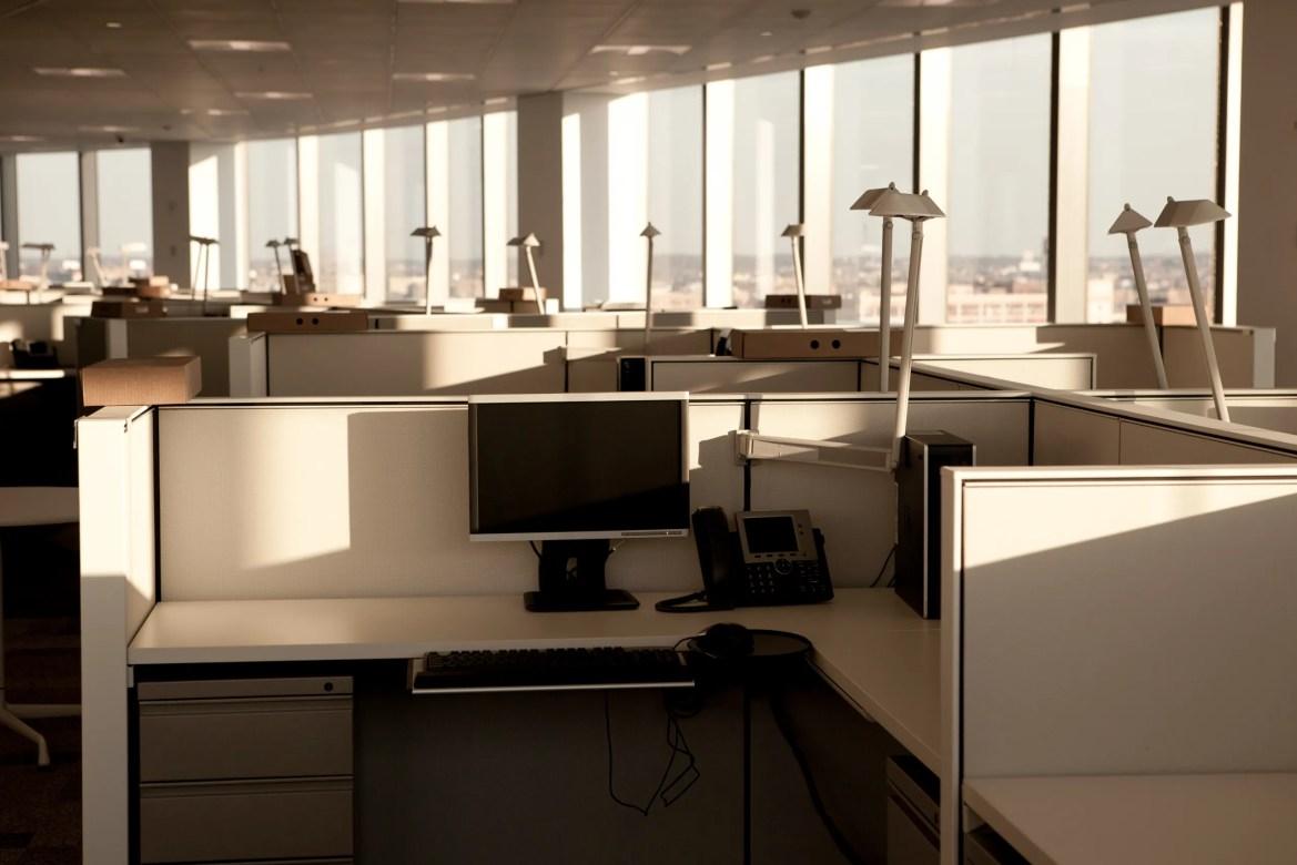 Un cubículo vacío en una oficina corporativa.