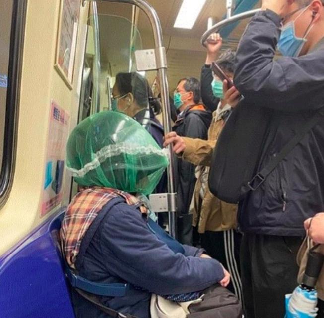 搭捷運不戴口罩了?大媽穿「神裝」擠上車 眾看傻:太扯   生活   NOWnews 今日新聞