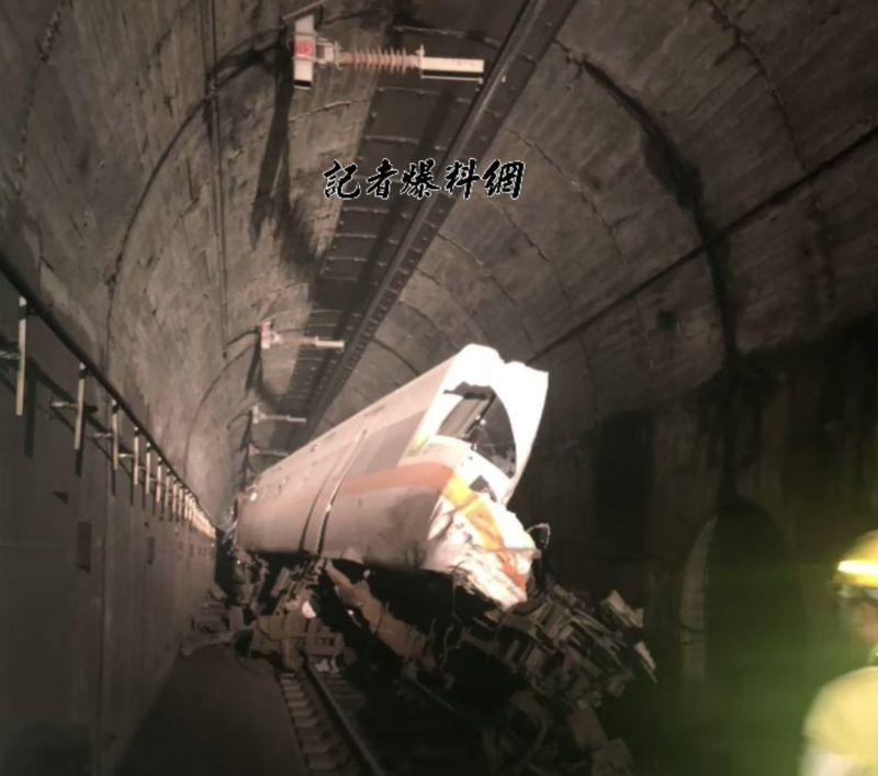 ▲今天(2)日台铁路408倍的太鲁阁列车在花莲的大青水隧道与隧道围墙碰撞并脱轨,还显示了火车前部的照片。  (图片/从记者爆破的新闻网中恢复)