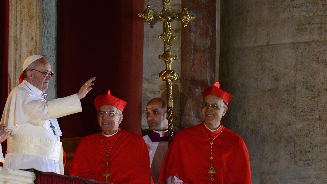 Después argentino cardenal Jorge Mario Bergoglio fue elegido pontífice 266a, escogió el nombre de Papa Francis.  Su Misa instalación podría venir la próxima semana.
