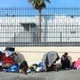 Mujeres sin Hogar sí sientan en Medio de Sus pertenencias En El Centro de los Angeles de el miércoles.  Demócratas y republicanos Dicen Que la Desigualdad de Ingresos es Problema de la ONU, Pero Ellos no estan de Acuerdo Sobre Una Solución.