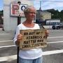 Susan St. Amour panhandles En Una mediana en Portland, Maine.  La ciudad Trato De Prohibir La vagancia En Las Medianas el Año Pasado, Pero ONU juez considero la ley inconstitucional.