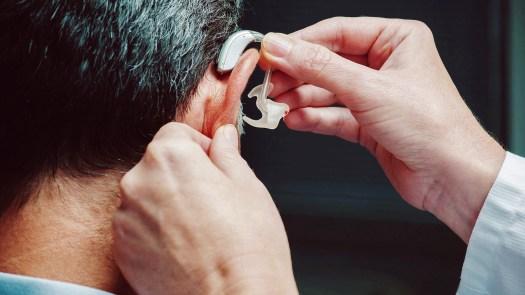 En vertu de la loi actuelle, Medicare rembourse généralement les audiologistes pour diagnostiquer la perte d'audition chez les personnes âgées, mais pas pour fournir une assistance pour adapter, réguler et enseigner la meilleure façon de les utiliser.