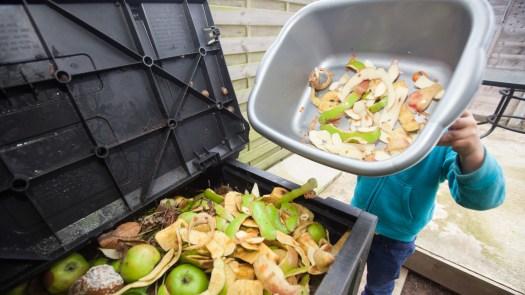 Le compostage des déchets alimentaires est un moyen de réduire le gaspillage alimentaire, mais il vaut mieux prévenir les excès alimentaires, dit le # 39; EPA.