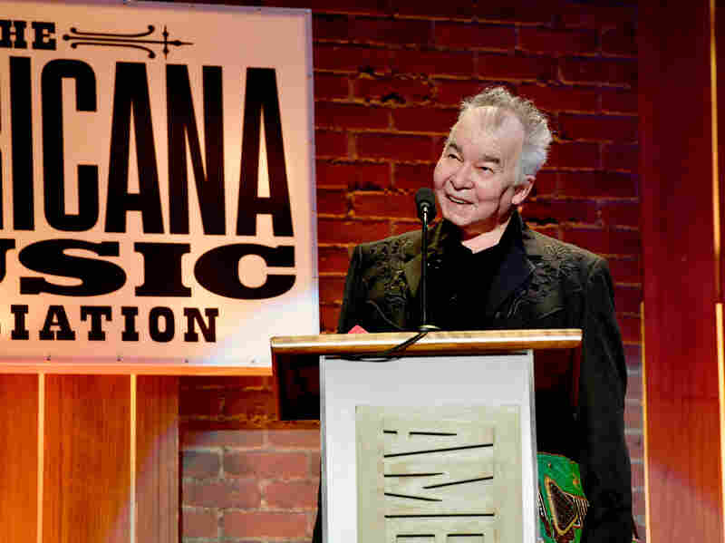 John Prine accepte un prix sur scène au cours des 2018 Americana Music Honours and Awards.