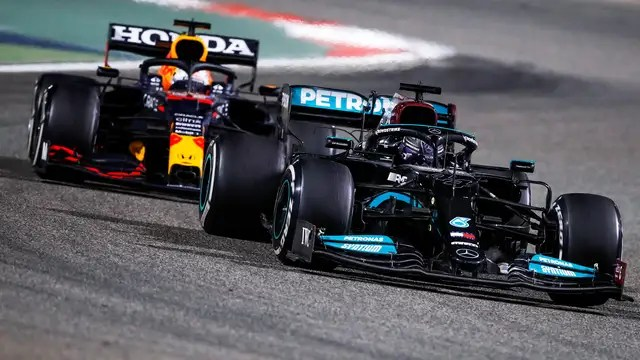 Max Verstappen and Lewis Hamilton fight for the lead for a long time in the final phase of the Bahrain Grand Prix.