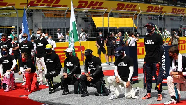 Hamilton knelt with some colleagues prior to the Styrian GP last year.