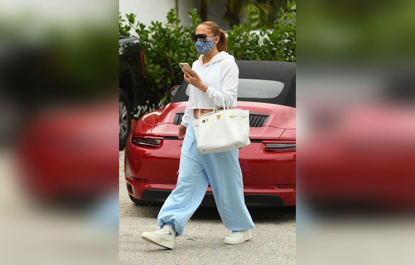 jennifer-lopez-leaves-gym-lunch-with-friends-03-1610554176111.jpg
