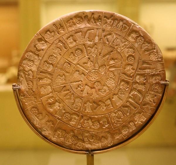 """Ο Δίσκος της Φαιστού (credit: <a href=""""http://commons.wikimedia.org/wiki/File:Phaistos_disk_B.jpg"""" title="""""""" target=""""_blank"""">Aserakov</a>)"""