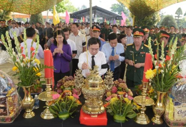 Đảng bộ, chính quyền, lực lượng vũ trang và nhân dân tỉnh Kiên Giang thắp hương các Liệt sĩ