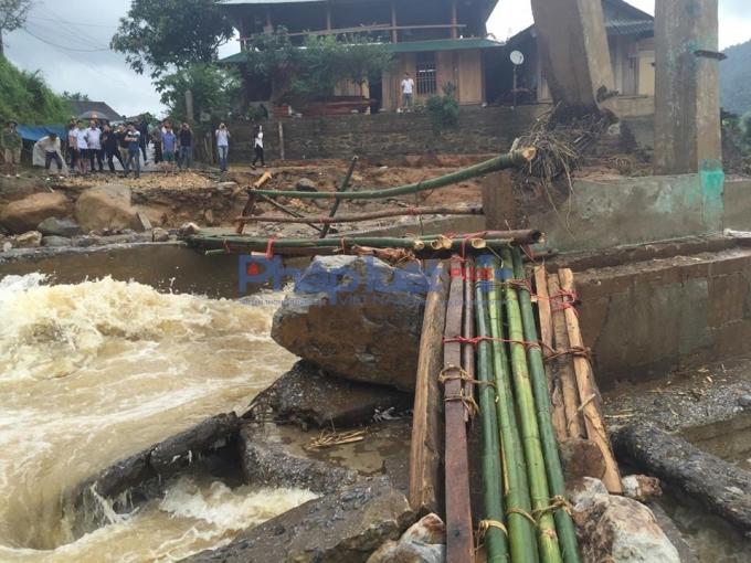 Rất đông nhà báo, PV từ các kênh thông tấn báo chí có mặt, nhưng không thể vào bãi vàng vì cây cầu duy nhất đã bị sập. Ảnh Quỳnh An.